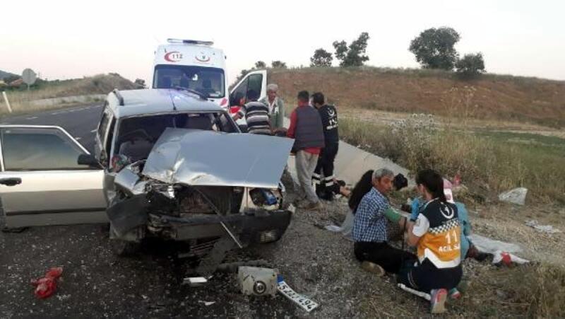 Kula'da otomobil traktöre çarptı: 2'si ağır 12 yaralı