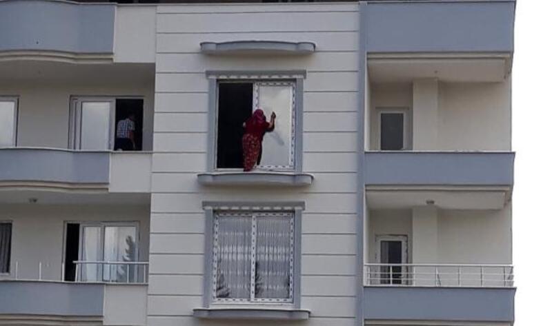 Önlem almadan cam silen kadınlar korkuttu