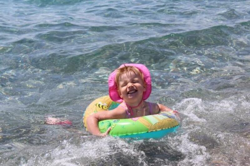 Çocuklar denizin keyfini çıkardı