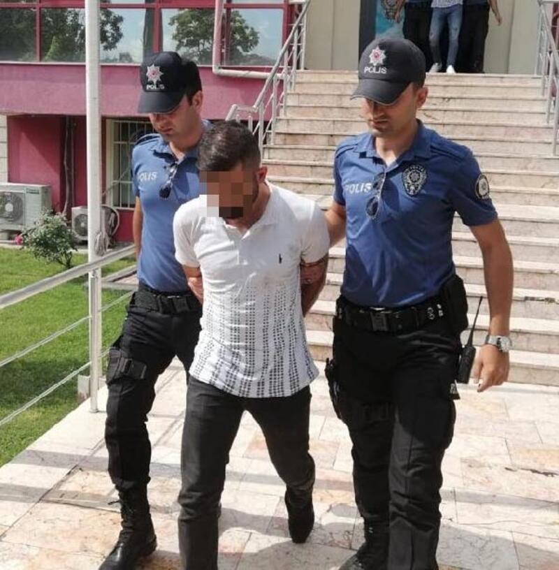 Kavgayı ayırmaya gelen polislerin üzerine bıçakla yürüdü