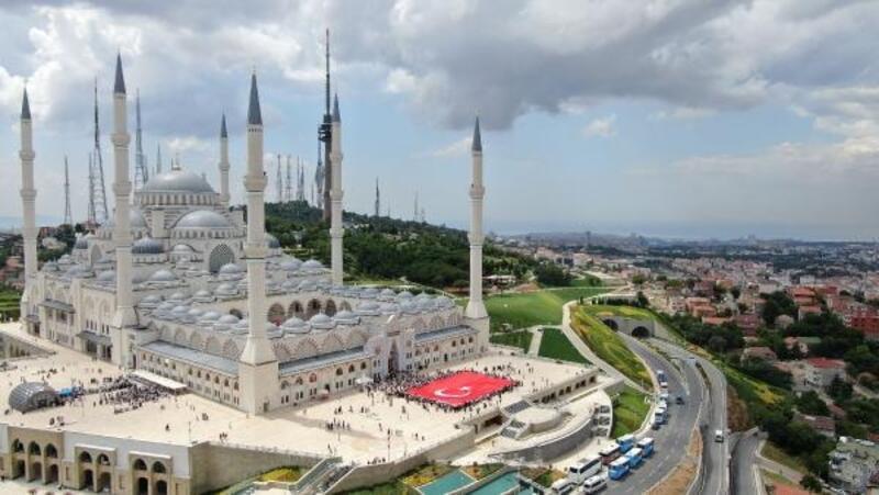 Havadan fotoğraflarla Çamlıca Camii avlusundaki Kur'an kursu şenliği