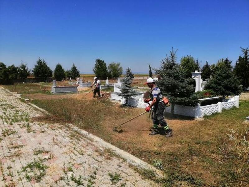 Ahmetbey Belediyesi mezarlıkları temizliyor