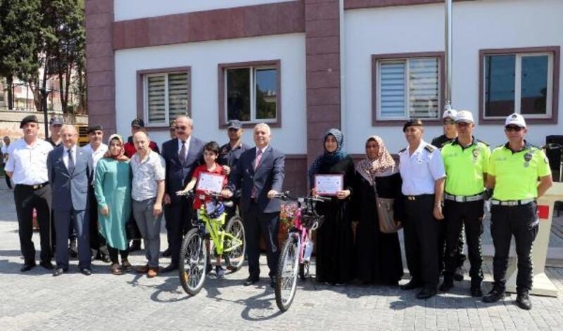 Öğrenciler 'Dikkat Sizden Notlar Bizden' projesinde kazandıkları bisikletleri aldı