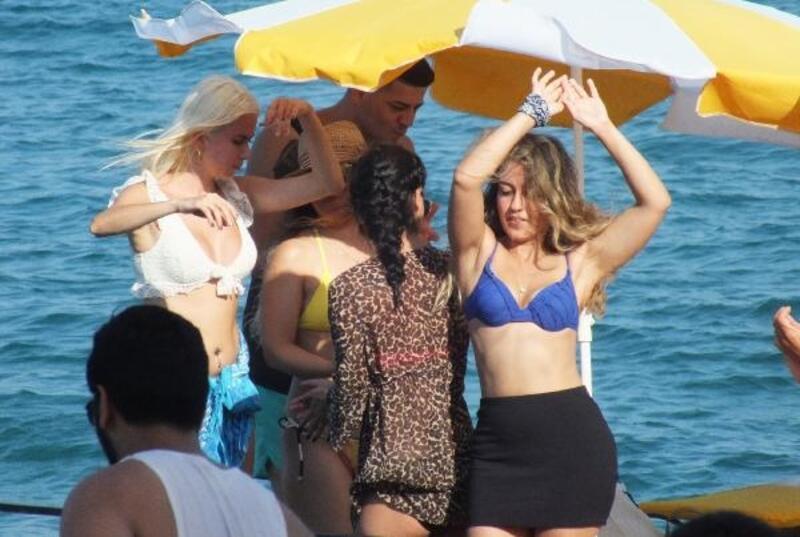 Mersinliler, plaj partilerinde eğleniyor