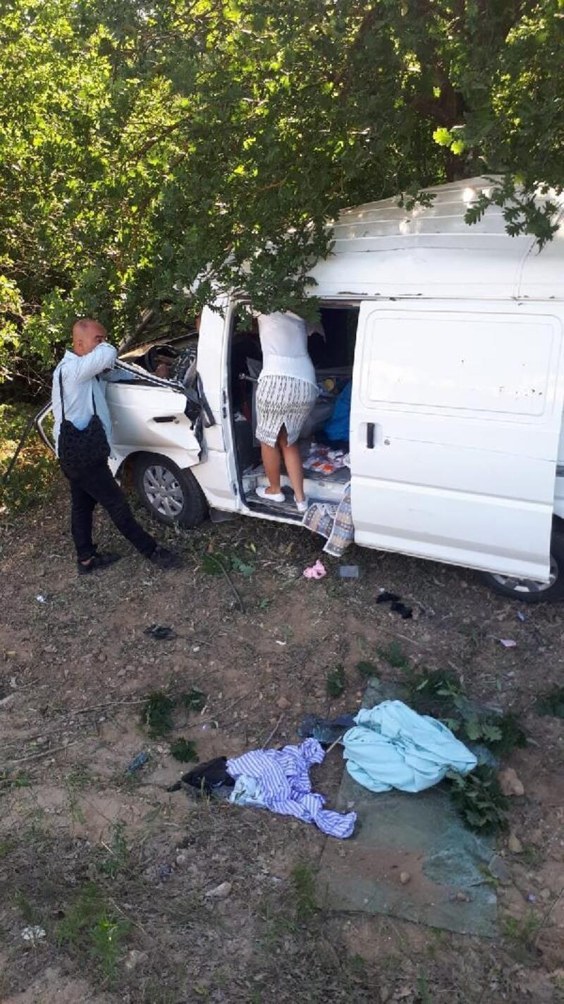Araç yoldan çıkarak, ağaca çarptı: 2 yaralı