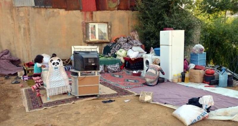 15 gündür evin damında yaşıyorlar