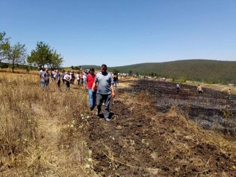Bursa'da anız yangınına vatandaşlar kazma kürekle müdahale etti