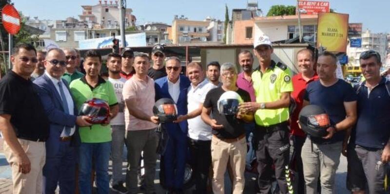 Serik'te polis kask dağıttı