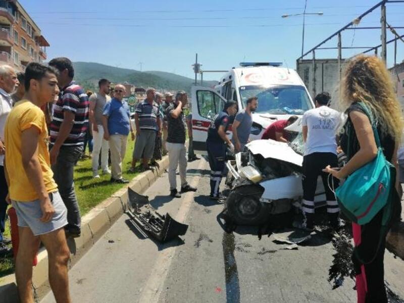 Hasta taşıyan ambulans, otomobille çarpıştı: 2 ölü, 1 yaralı
