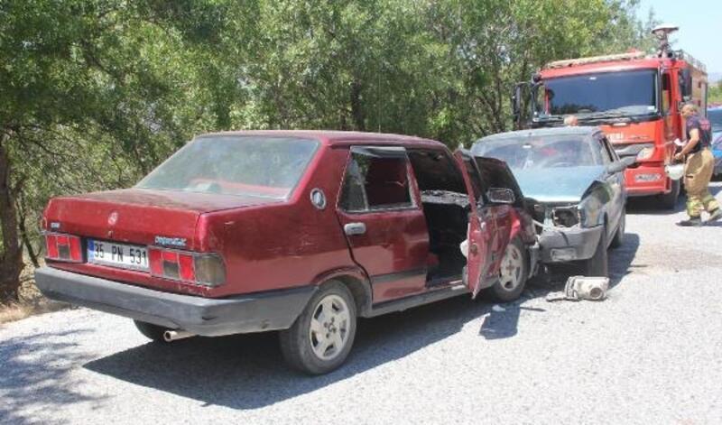 Kınık'ta iki otomobil çarpıştı: 6 yaralı