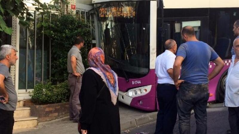Kağıthane'de halk otobüsü iş yerine çarptı