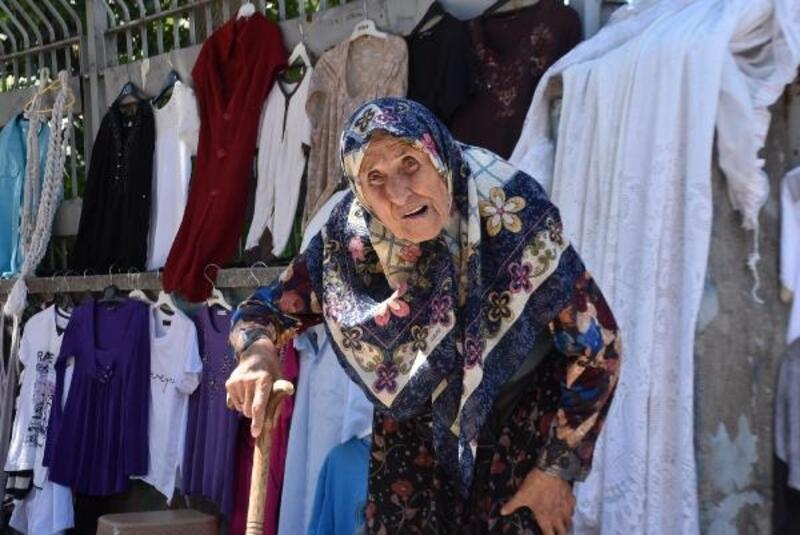 90 yaşında pazarda tezgah açıp, hasta oğluna bakıyor