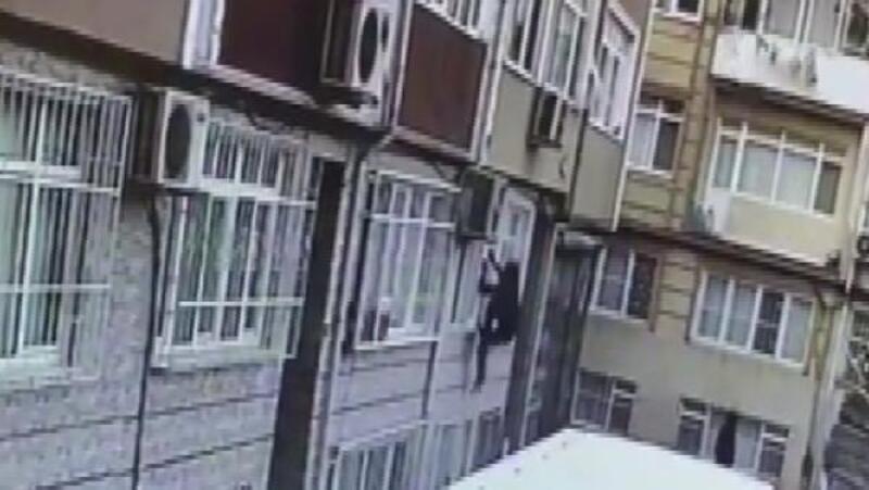 Fatih'te evin penceresinden giren hırsız kamerada