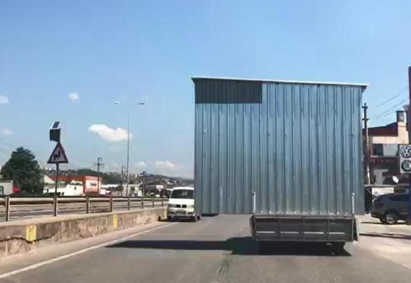 Trafikte kamyonet kasasından taşan baraka tehlikesi