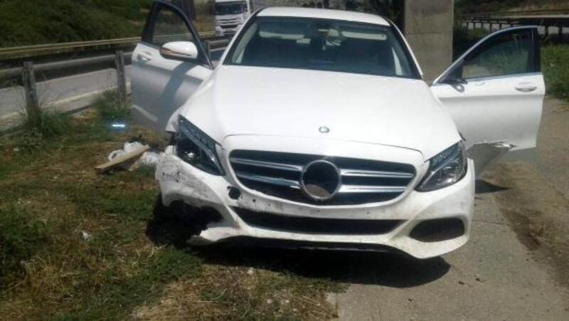 Lüks otomobil yoldan çıktı, 3 kişi yaralandı