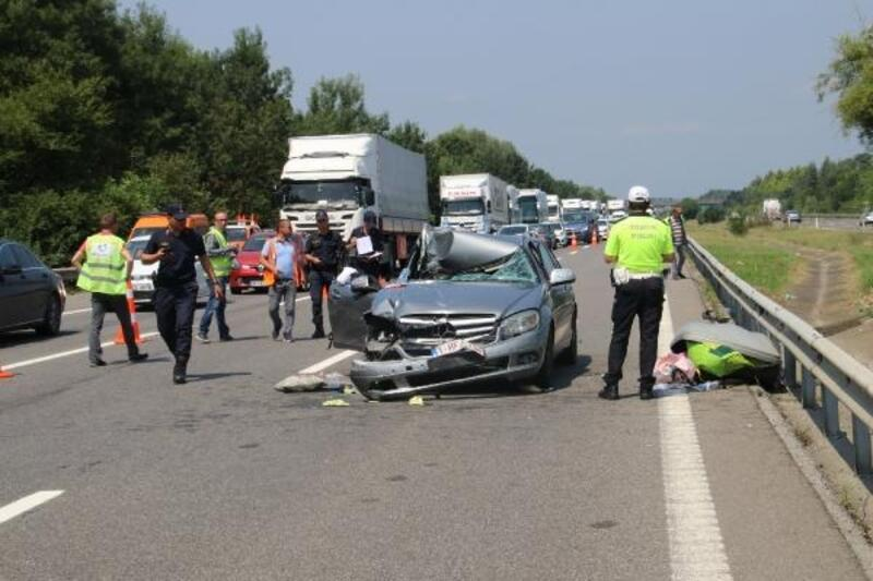 Otomobil TIR'a arkadan çarptı: 3 yaralı