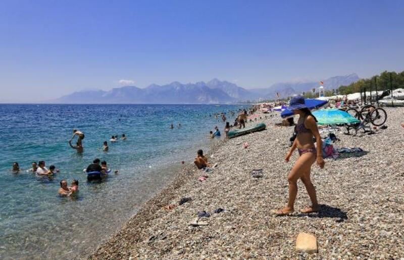 Antalya'da sıcak hava ve nem bunalttı