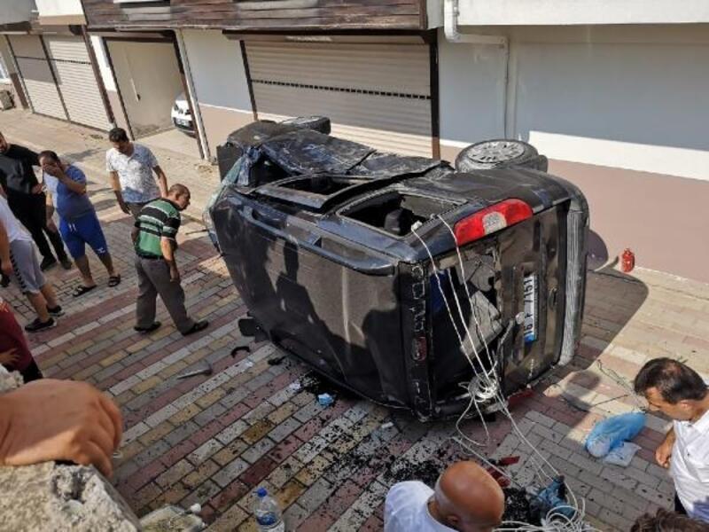 Otomobille çarpışan hafif ticari araç, site bahçesine düştü: 5 yaralı