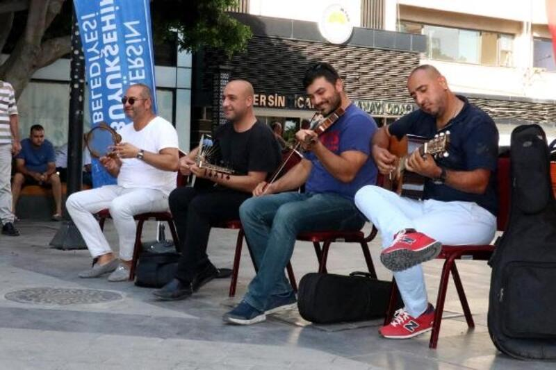 Mersin sokaklarında mini konser