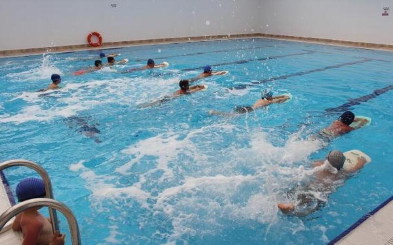 Elmalı yüzme havuzu hayata renk katıyor