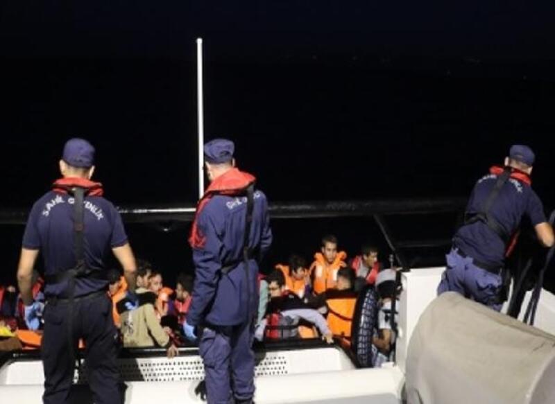 Balıkesir'de lastik botta 34 kaçak göçmen yakalandı