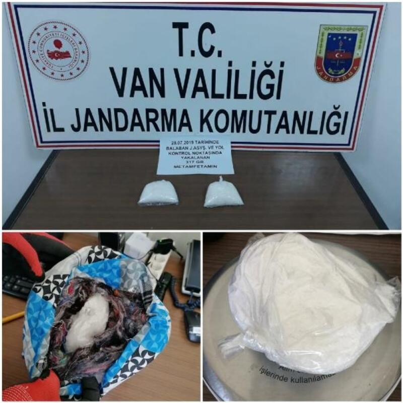 Yolcuların seyahat yastığı ve iç çamaşırından uyuşturucu çıktı
