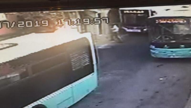 Kağıthane'de yokuş aşağı kayan otobüs iş yerine girdiği anlar kamerada