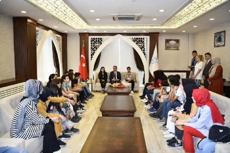 Kocaeli'den Hakkari'ye gelen öğrenciler Vali Akbıyık'ı ziyaret etti