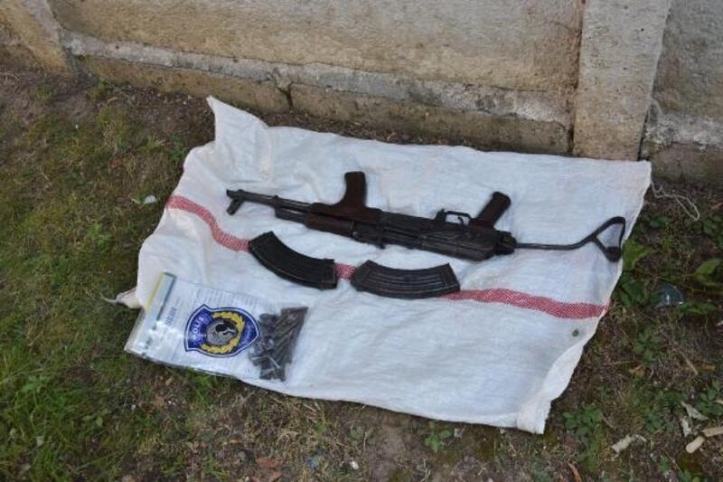 Polisten kaçarken attığı çuvaldan Kalaşnikof çıkan şüpheli tutuklandı