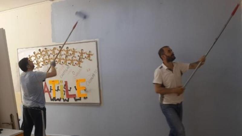 Müdür ve yardımcısı okulu boyadı