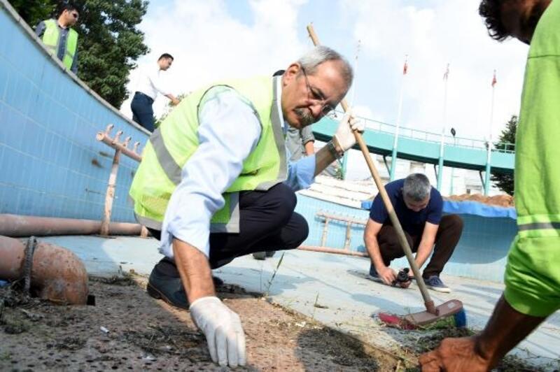 Başkan farkındalık için temizlik işçiliğine soyundu