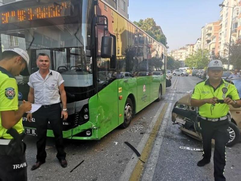 Ehliyetsiz sürücünün kullandığı otomobil, belediye otobüsüne çarptı: 2 yaralı
