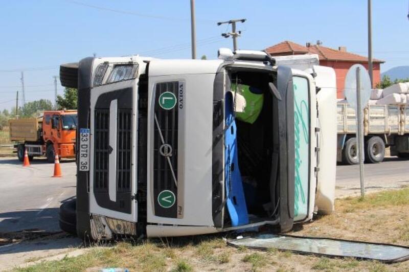 Tır devrildi, sürücü yaralandı