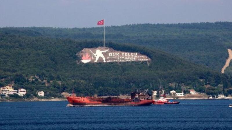 Kerç Boğazı'ndaki yangında zarar gören gemi, Çanakkale Boğazı'ndan geçirildi