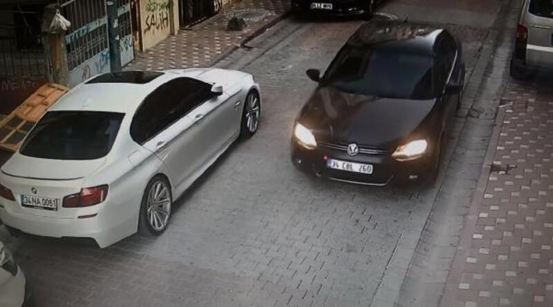 Sultangazi'de otomobilin ekranını çalan maskeli hırsızlar kamerada