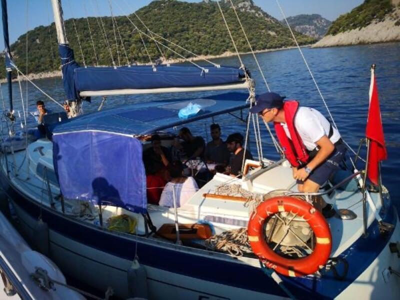 Yelkenli ve lastik botta 43 kaçak göçmen yakalandı