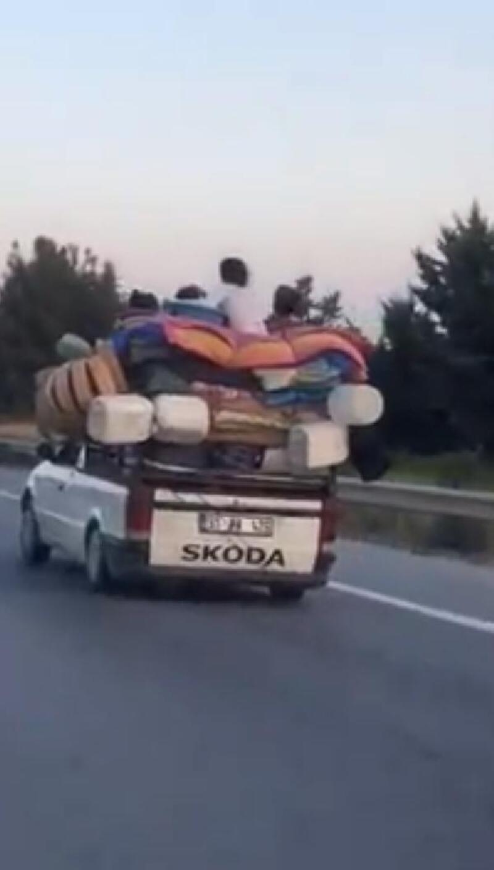 Kamyonet üzerinde tehlikeli yolculuk