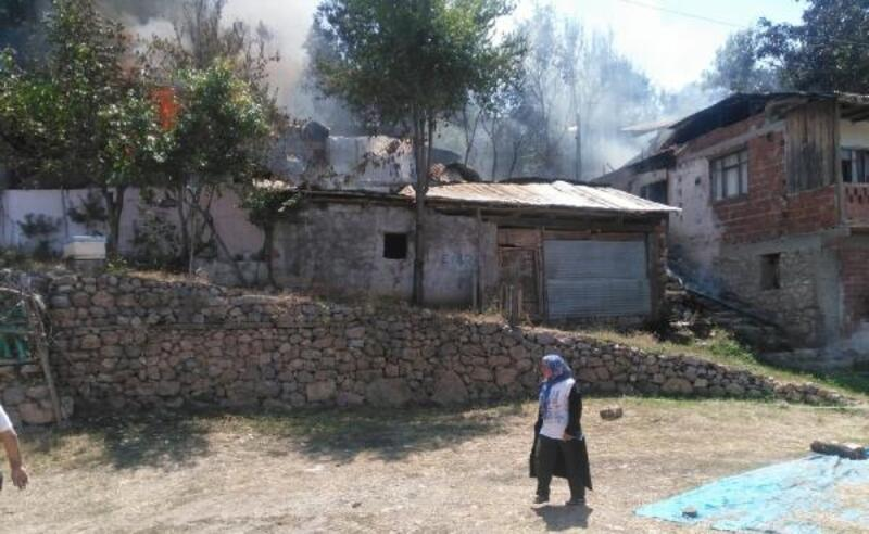 Suşehri'nde ahşap ev kül oldu
