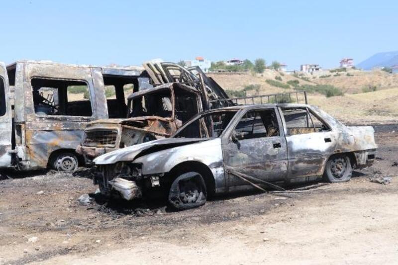 Otlukta çıkan yangın, hurda deposundaki araçlara sıçradı