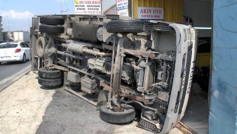 Küçükçekmece'de yan yatan kamyonet kaportacı dükkanına girdi