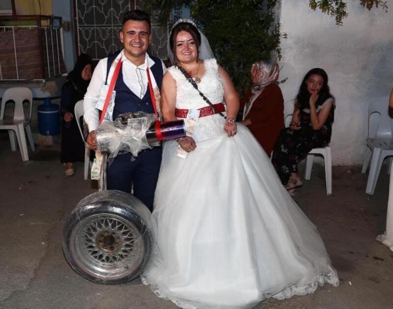 Otomobil tutkunu damada düğünde takı yerine egzoz ve çelik jantlı tekerlek
