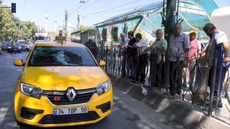 Kabataş'ta zabıtalardan kaçan seyyar satıcıya taksi çarptı