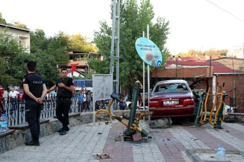 Parkta oynayan çocukların arasına otomobil daldı; 1 çocuk öldü
