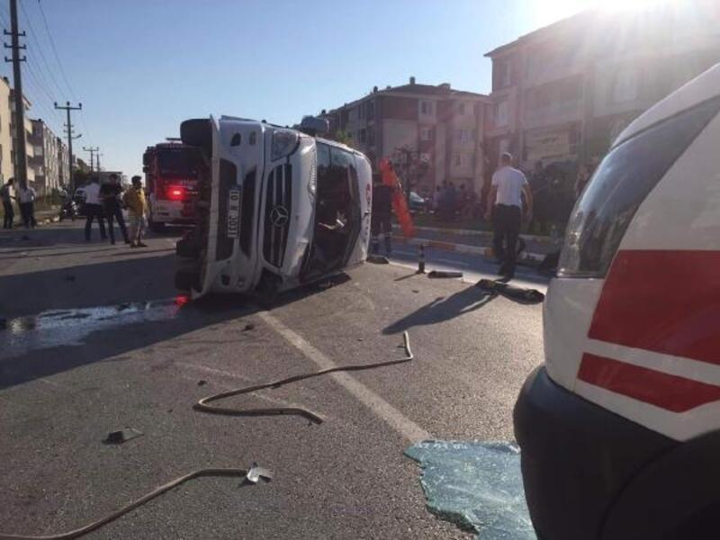 Balıkesir'de servis minibüsü ile otomobil çarpıştı: 1 ölü, 12 yaralı