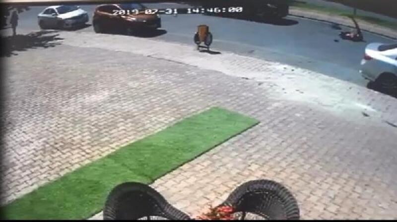 Yolun karşısına geçmeye çalışan genç kıza cipin çarpması kamerada