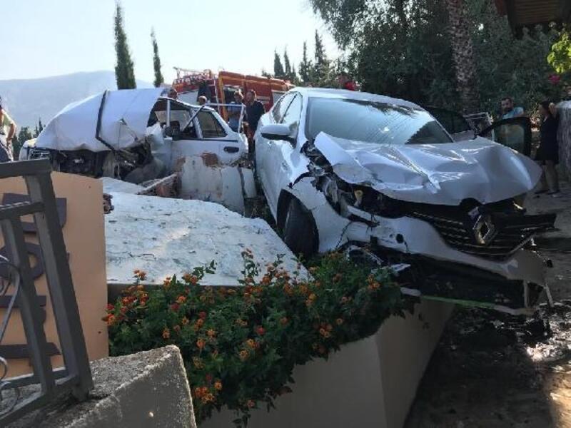 Datça'da otomobil park halindeki araca çarptı: 2 yaralı