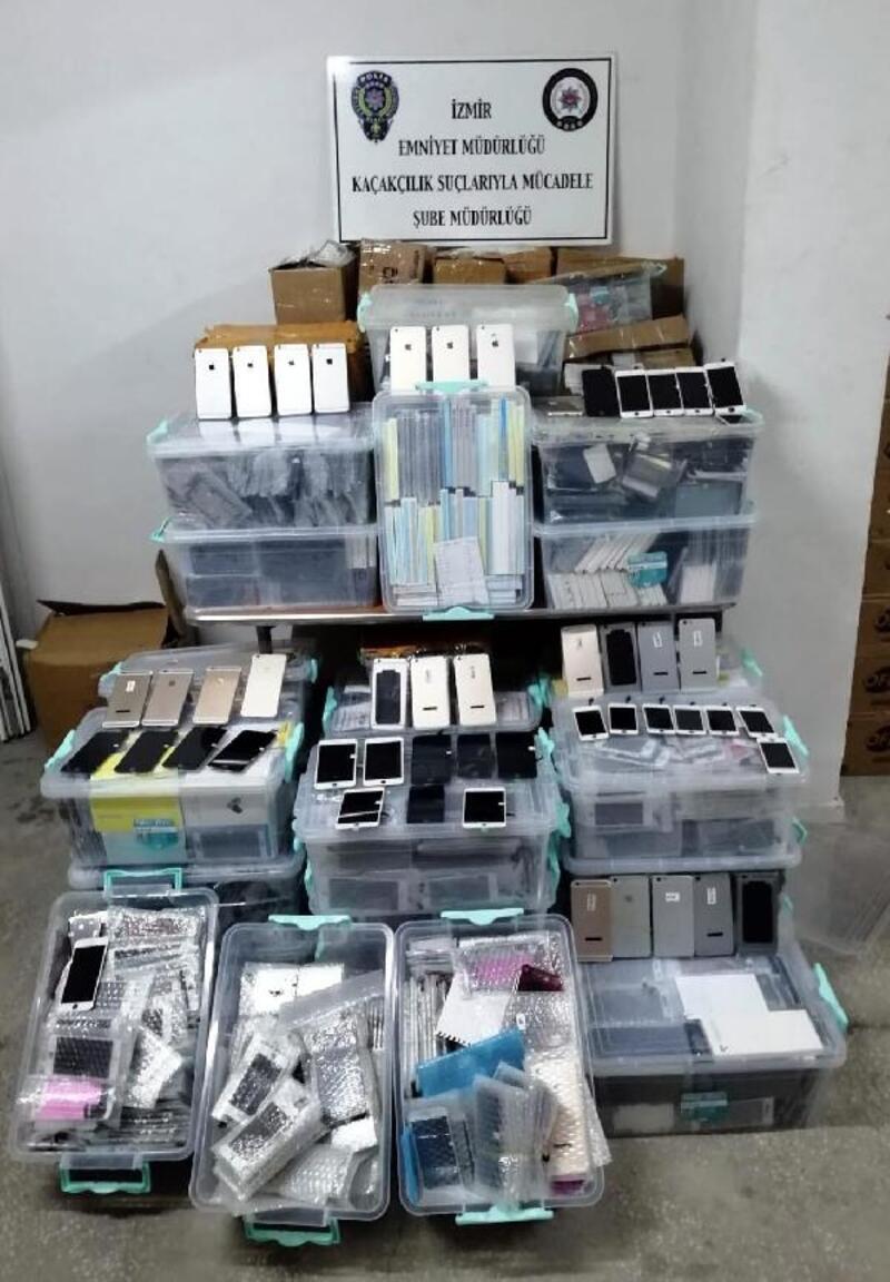 İzmir'de, gümrük kaçağı cep telefonları ve aksesuarlar ele geçirildi