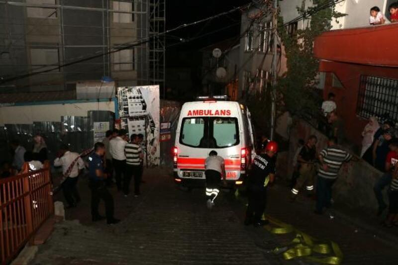 Devrilmesin diye askıda kalan ambulansın üzerine çıktılar