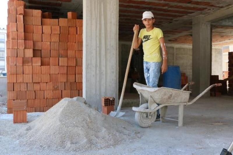Şampiyon futbolcu, inşaatlarda çalışıp harçlığını çıkarıyor
