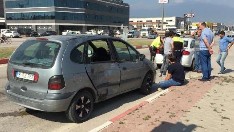 Motosiklet ile otomobil çarpıştı: 1'i ağır 2 yaralı